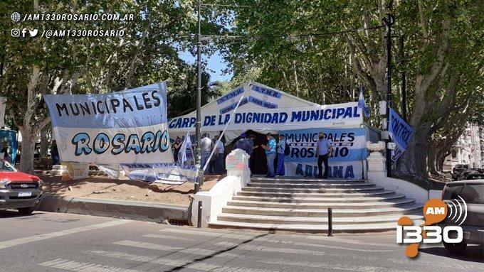 Municipales instalaron una carpa frente al Palacio de los Leones