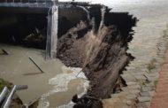 A causa del derrumbe, realizan tareas preventivas en el Parque España