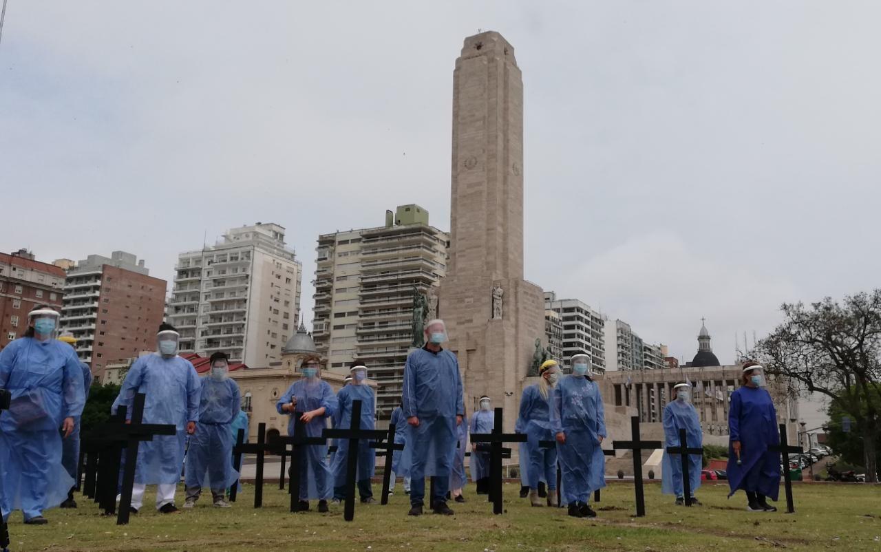 Profesionales de la salud pidieron en el Monumento medidas para aliviar el sistema
